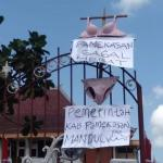 Demo Bupati Pamekasan, Massa 'Kibarkan' Celana Dalam