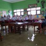 Tetap Semangat Wa Tergenang Banjir, Siswa di Sidoarjo Terpaksa Belajar di Atas Meja