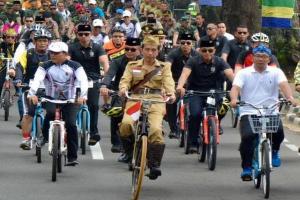 Presiden Gowes Ontel Tanpa Rem di Hari Pahlawan