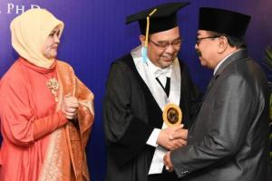 Pakde Karwo Jadi Saksi Pengukuhan Prof Harry Azhar Aziz