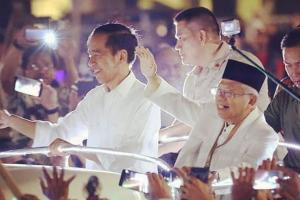 Tim Kampanye Jokowi-Ma'ruf Bagikan Mawar