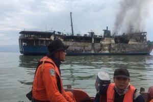 Personel Bersenjata Amankan Bangkai Kapal Terbakar
