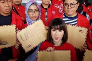 PSI Gelar Aksi Sobek Amplop di Gedung DPRD Kota Malang