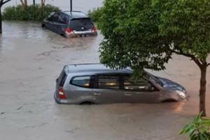 Banjir di Kawasan Surabaya Barat Belum Surut