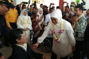 Tiba di Bandara, Gubernur Khofifah Dikalungi Bunga