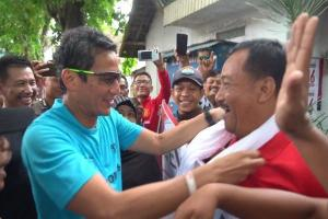 Sandi Kalungkan Serban Putih ke Pendukung Jokowi
