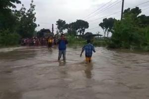 Petugas Evakuasi Korban Banjir di Madiun