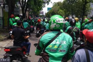 Polisi Kawal Demo Driver Ojol Frontal di Surabaya