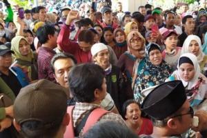 Tolak Sistem Zonasi, Wali Murid Ancam Bertahan di Kantor Dispendik Surabaya