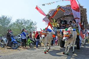 'Cantiknya' Kendaraan Tradisional Hias di Waton Parade 2019