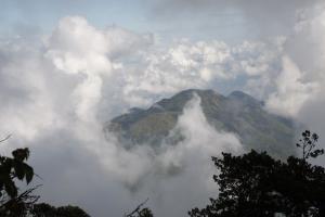 Suhu Dingin Ekstrem Selimuti Gunung Lawu