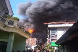 Kebakaran Hebat Hanguskan Belasan Rumah di Surabaya
