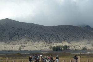 Bromo Hempaskan Abu Vulkanik hingga Permukiman