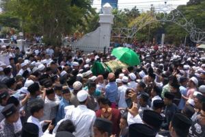 Ribuan Orang Salatkan Eks Bupati Bangkalan Fuad Amin