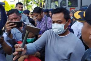 Aksi Lempar Kapak Warnai Demonstrasi di Surabaya