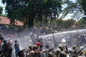 Ricuh, Demo Ribuan Mahasiswa di Madura