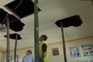 Khawatir Ambruk, Atap SDN 3 Hanya Disangga Bambu