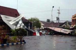 Angin Kencang Hantam Gedung Mapolres dan Setda Ngawi