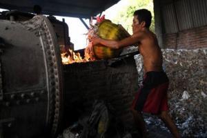 Pengusaha Tahu Tropodo 'Tobat' Pakai Limbah Plastik