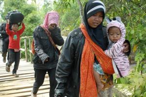 Pengungsi Syiah Sampang Terima Bantuan