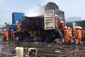 Kontainer Terbakar dan Meledak di Surabaya, 6 Orang Dilarikan ke RS