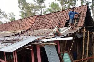 Angin Kencang Hantam Dua Desa di Sidoarjo