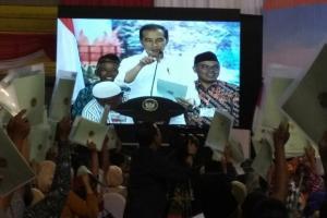 Jokowi Bagikan 2.020 Sertifikat Tanah Gratis di Jatim