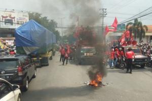 Tolak Omnibus Law, Buruh Blokade Jalan Gedangan Sidoarjo