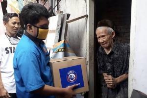 Arema FC Salurkan Paket Bantuan ke Warga Malang