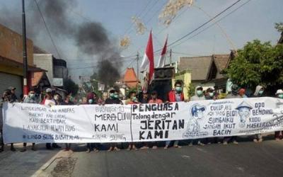 Kesal dengan Pencemaran, Warga Pasuruan Blokade Jalan