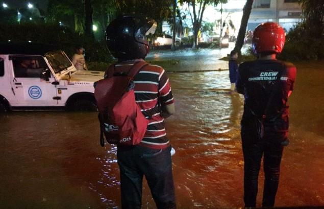 Sejumlah  Wilayah di Surabaya Terendam Banjir Setelah Diguyur Hujan Deras